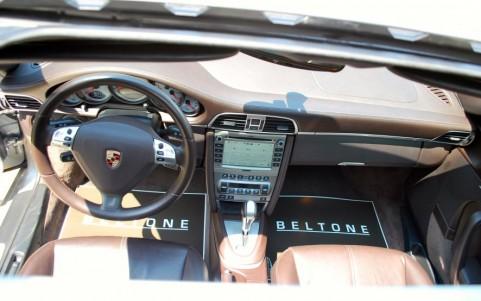 Porsche 997 Turbo 3.6 480cv Vue du toit ouvrant ; le système ZENEC se marie parfaitement avec la planche de bord du véhicule.