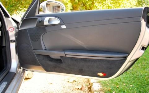 Porsche Cayman S 3.4 295cv LA TRACE BLANCHE EST LE REFLET DU SOLEIL SUR L'OBJECTIF DE L'APPAREIL PHOTO.