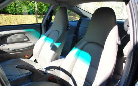 Porsche 996 Turbo 3.6 420cv La Bande Verte sur les sièges est le reflet de la bande filtrante verte en haut du pare-brises.