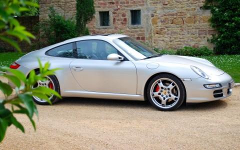 Porsche 997 Carrera S 3.8 355cv 446 : Écussons de roue avec logo Porsche en couleur