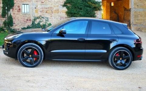 Porsche Macan Turbo Pack Performance 2D6 : Pack SportDesign en Noir (finition brillante)