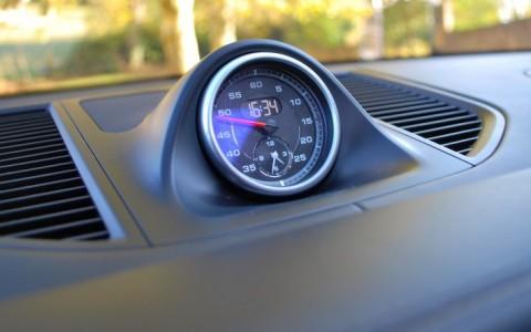 Porsche Macan Turbo Pack Performance - Pack Sport Chrono avec chronomètre sur la planche de bord.