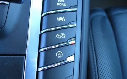 Porsche Macan Turbo Pack Performance - Système d'échappement sport avec touche d'activation sur la console centrale.