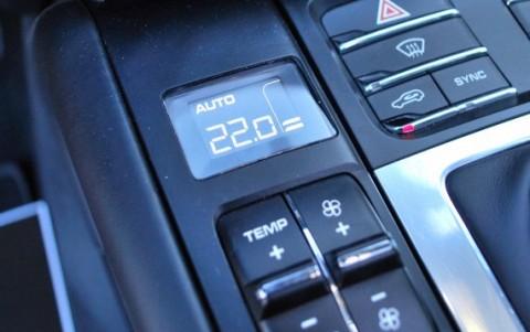 Porsche Macan Turbo Pack Performance - Climatisation automatique avec réglage séparé côtés conducteur et passager.