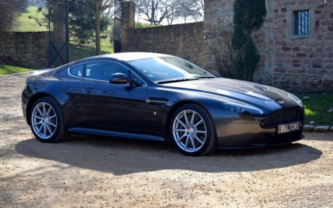 Aston Martin V12 Vantage S coupé  Vous habitez loin de Lyon ? Nous venons vous chercher à l'aéroport.